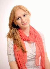 Junge Frau mit lachsfarbenen Halstuch