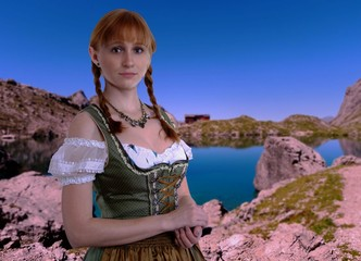 Junge Frau mit Zöpfen in den Alpen