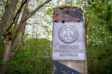 """Pfeiler an der ehemaligen innerdeutschen Grenze mit der Aufschrift """"Deutsche Demokratische Republik"""""""