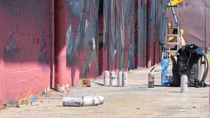 leere Spraydosen auf einem verlassenen Firmengelände in Magdeburg