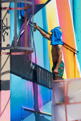 Graffiti- Künstler während der Arbeit auf einem verlassenen Firmengelände