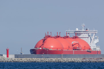 LNG TANKER - Red ship enters the port