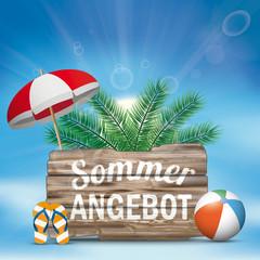 Sommerangebot Holzschild mit Strandball, Palmen, Sonnenschirm und Flipflops vor dem blauen Himmel