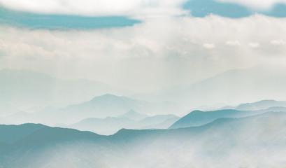 雲に霞む山脈