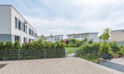Moderne Wohngebäude im Grünen