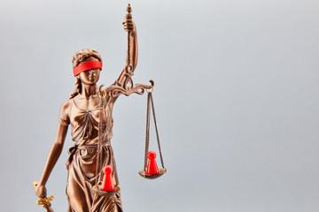 Justitia als Streitschlichter bei Konflikt