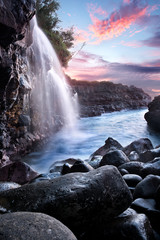 In de dag Lavendel Waterfall at Queen's Bath during Sunset, Kauai, Hawaii