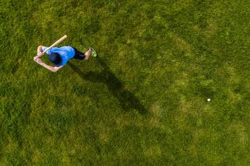 Mann spielt Baseball, Ansicht von oben
