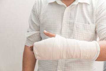 Arm of man splint mild injuries from accidents.