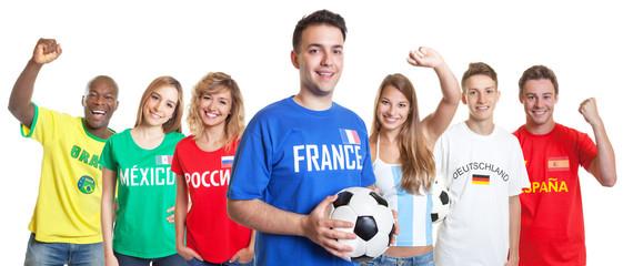 Fussball Fan aus Brasilien mit Ball und anderen Fans