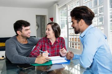 Junges Paar unterschreibt Kaufvertrag