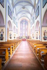 Innenaufnahme einer hell erleuchteten gotischen Kirche