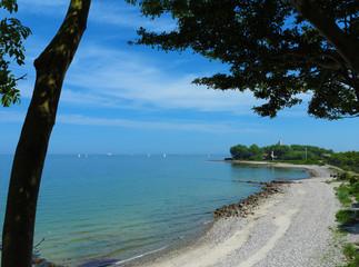 Ostseeküste an der Kieler Förde in Strande mit Blick auf den Leuchtturm Bülk