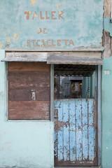 Eingangstüre und Verkaufsfenster einer kleinen Bäckerei in der Karibik