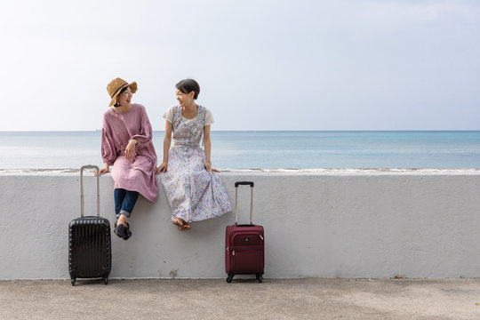 沖縄旅行を楽しむ2人の女性