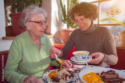 Quot Seniorin Mit Enkelin Beim Essen Im Restaurant Quot Stockfotos