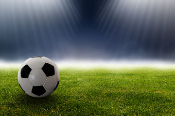 Fußball im Stadion vor Scheinwerfern