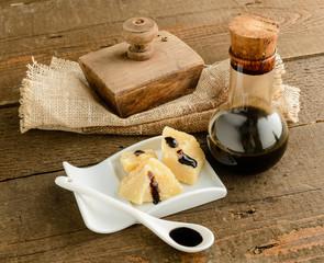 Aceto balsamico tradizionale italiano e formaggio parmigiano