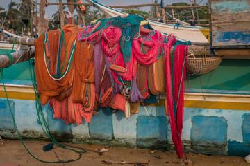 Bunte Fischernetze und Boote Sri Lanka