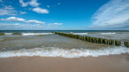 drewniane słupy zalewane słoną woda morską. Międzyzdroje, Polska