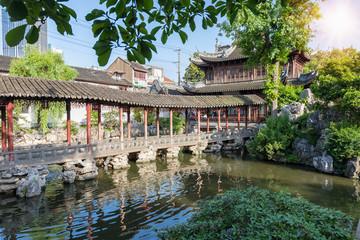 Die Yu Yuan Gärten im Zentrum von Shanghai, China, an einem sonnigen Tag