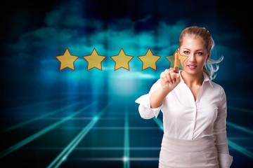 Geschäftsfrau vergibt 5 Sterne Bewertung