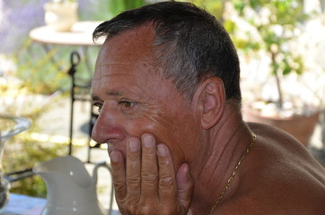 Homme senior pensif cheveux poivre et sel