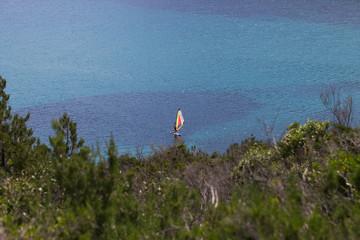 Windsurfer im Mittelmeer in Italien