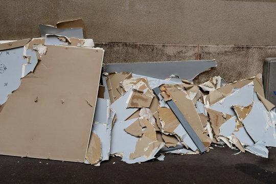 Gravats abandonnés dans la rue, morceaux de cloison