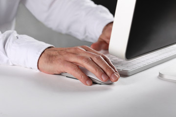 man's hand using a computer mouse