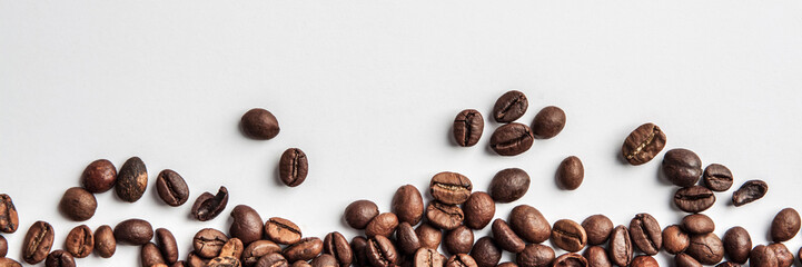 Photo sur Plexiglas Café en grains Panorama with coffee scattered on a white background