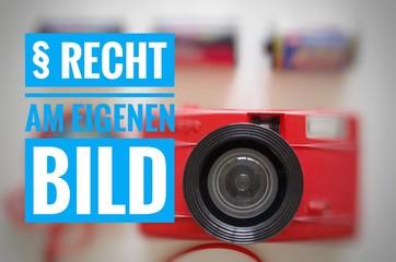 Kamera mit der Aufschrift in deutsch § Recht am eigenen Bild in englisch Right to your own picture