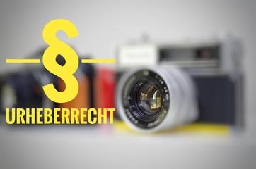 Kamera mit der Aufschrift § Urheberrecht zur Verdeutlichung von Urheberrechtsverstößen in english copyright