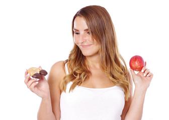 Frau mit gesundem und ungesundem Essen, Apfel oder süßes Gebäck