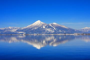 冬の猪苗代湖と磐梯山(福島県・猪苗代町)