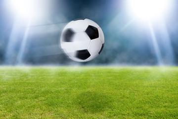 Fußball fliegt über das Spielfeld