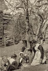 FOTO ANTICA CON 4 BAMBINE IN ABITI TIROLESI