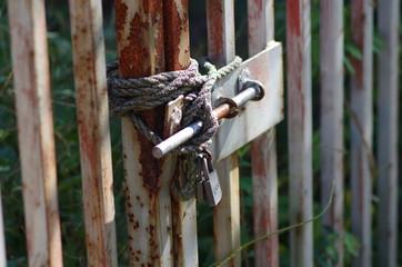 鍵のついた錆びた門