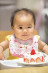 1歳の誕生日ケーキを食べる子供