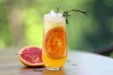 лимонад из грейпфрута с розмарином и кубиками льда