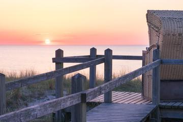 Den Sonnenuntergang an der Ostsee im Strandkorb beobachten