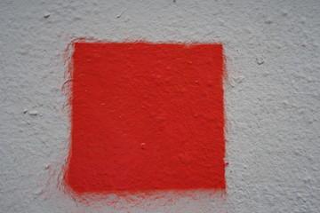 Carré rouge sur façade blanche. test de peinture