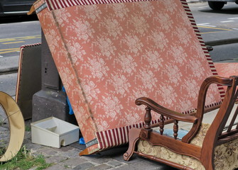 Sommier et canapé jetés dans la rue. Encombrants.