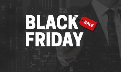 Black Friday Konzept wird von Geschäftsmann gezeigt