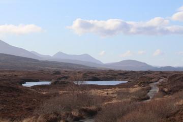 Papiers peints Marron chocolat Lac, montagne et ciel, petite route traversant le paysage deserté, Ile de Skye, Ecosse