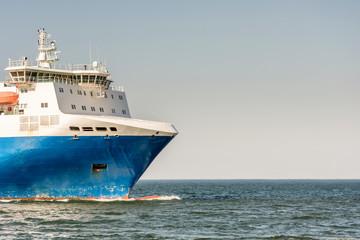 Bug einer Fähre in der Ostsee mit Textfreiraum im Himmel