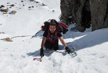 Escalando en la nieve