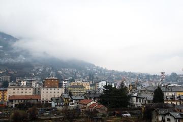 春の雨の日のアオスタの風景(イタリア ヴァッレ・ダオスタ州)