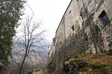 春の雨の日のアオスタ渓谷の古城 クアルト城(イタリア ヴァッレ・ダオスタ州)
