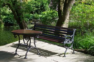 park,drzewa,zieleń,woda,ławka stolik,relaks,